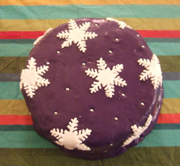 snowflake decorated xmas cake