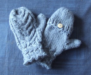 nice pair of children's flip top mittens using DROPS yarn